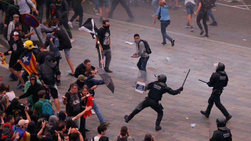 Revueltas y disturbios en Barcelona por la condena a los independentistas