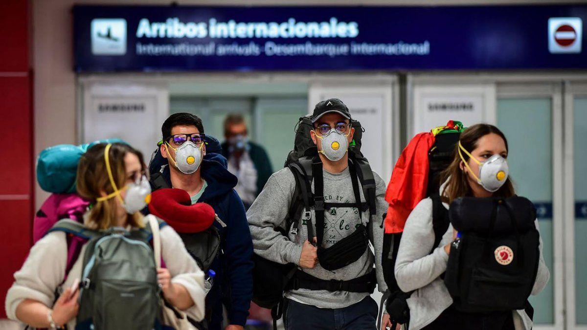 Desde el lunes sólo podrán ingresar por día 600 personas provenientes de vuelos internacionales.