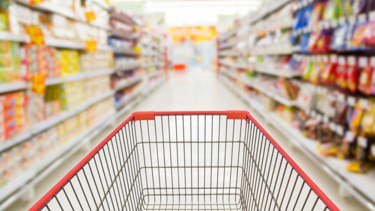 Por séptimo mes consecutivo se desplomaron las ventas en supermercados y shoppings: cayeron 10,5% y 15,1% respectivamente