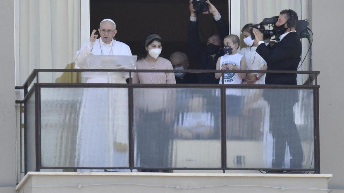 El papa Francisco dio su mensaje dominical desde la clínica en la que fue operado hace una semana.