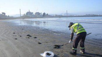 Un grupo de limpieza convocado por AES Gener, dueña de las termoeléctricas a carbón que funcionan en Quintero y Puchuncaví, limpia regularmente el carbón de la playa. Foto: Saúl Mansilla