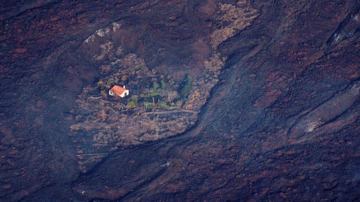 Casa intacta Volcán Cumbre Vieja.jpg    Irónicamente se dice que la pareja