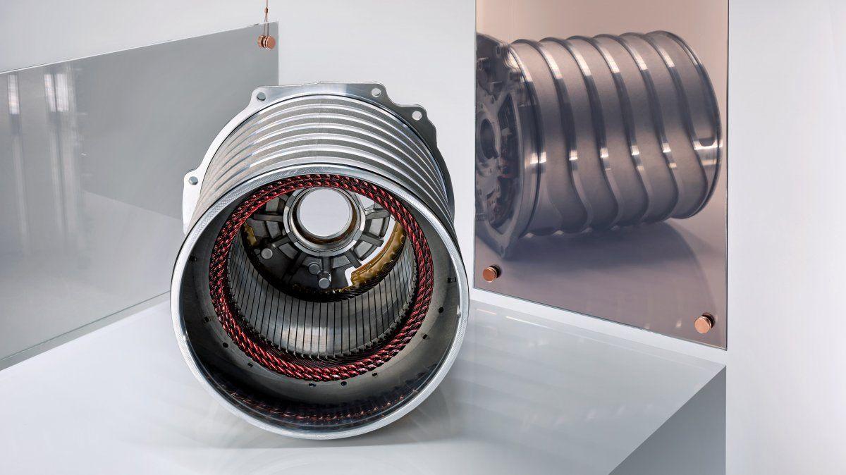 Pieza central del motor eléctrico en el Porsche Taycan: el estator del motor electrónico consiste esencialmente en discos circulares de chapa metálica en capas en un tubo y las bobinas de cobre. Los alambres doblados en forma de U se insertan en los huecos del tubo y se conectan entre sí.
