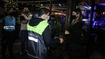 Clausuran un bar en Monserrat, en Buenos Aires, por seguir abierto después de las 23 horas. Durante los primeros 12 meses de la primera ola de la pandemia de coronavirus se instruyeron en la Justicia unas 25.000 causas. (Foto: Télam)