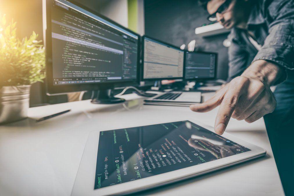 La pandemia del Covid-19 aceleró procesos de digitalización y cambios de paradigmas empresariales y laborales que hoy en día permiten a profesionales de diferentes rubros hacer negocios en diferentes países del mundo. Entre los más destacados están los Desarrolladores