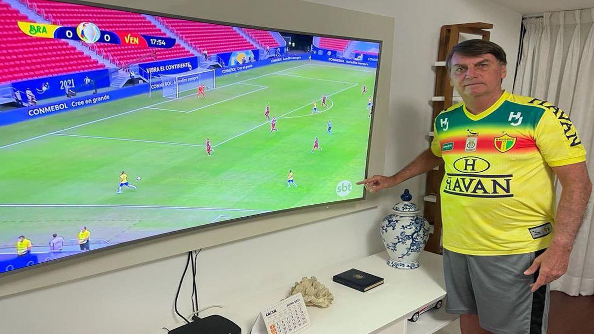Jair Bolsonaro volvió a criticar a la Argentina mientras ve ganar a Brasil en la Copa América (Foto: cuenta de Twitter de Jair Bolsonaro).