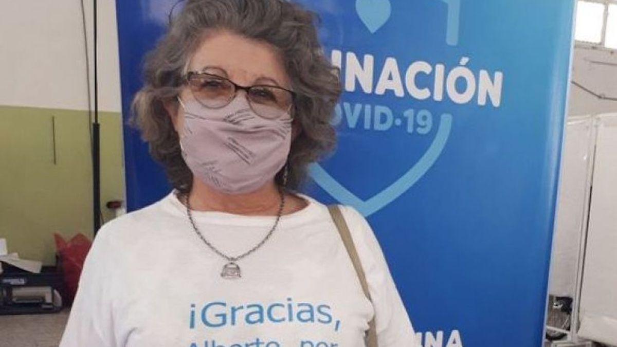 Haydee Aguilar exhibe la remera que lució en el momento de la vacunación.