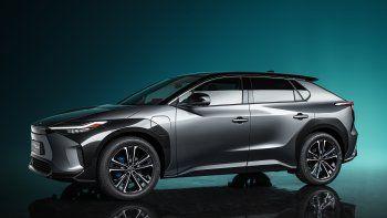 Toyota presentó hoy su prototipo bZ4X en el Salón del Automóvil de Shanghái, el primero de una serie de vehículos eléctricos de batería —battery electric vehicles (BEV)—, sin emisiones.El prototipo Toyota bZ4X es el primer modelo en emplear la nueva nomenclatura bZ —beyond Zero, o más allá de cero—. De ahora a 2025, Toyota se propone lanzar 15 vehículos eléctricos de batería, incluidos siete modelos Toyota bZ.