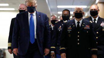 Por primera vez, Trump uso un tapabocas en una actividad oficial durante la visita a un hospital militar