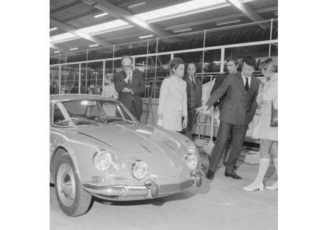 El 25 de junio de 1955 se creó la SARL (Société des Automobiles Alpine) y a principios de julio el propio Jean Rédélé presentó tres coches A106 (A como Alpine y 106 en referencia a la mecánica 1062 de los 4 CV que le sirvió de banco de órganos). El primero es azul