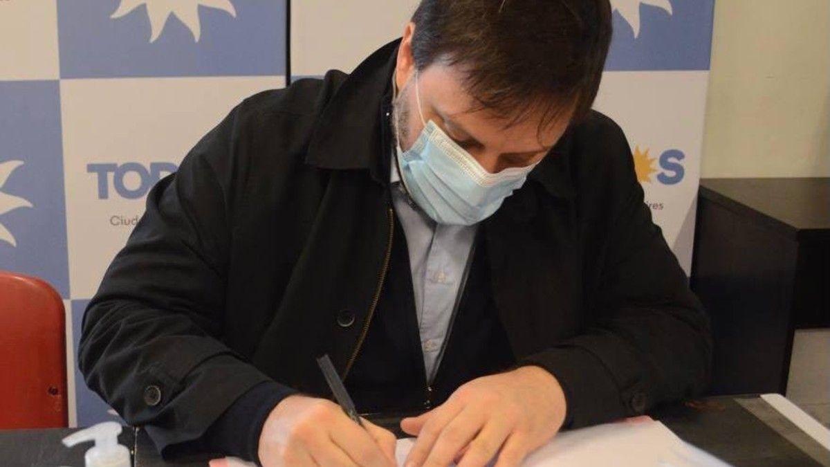 Leandro Santoro firma el acta oficial.