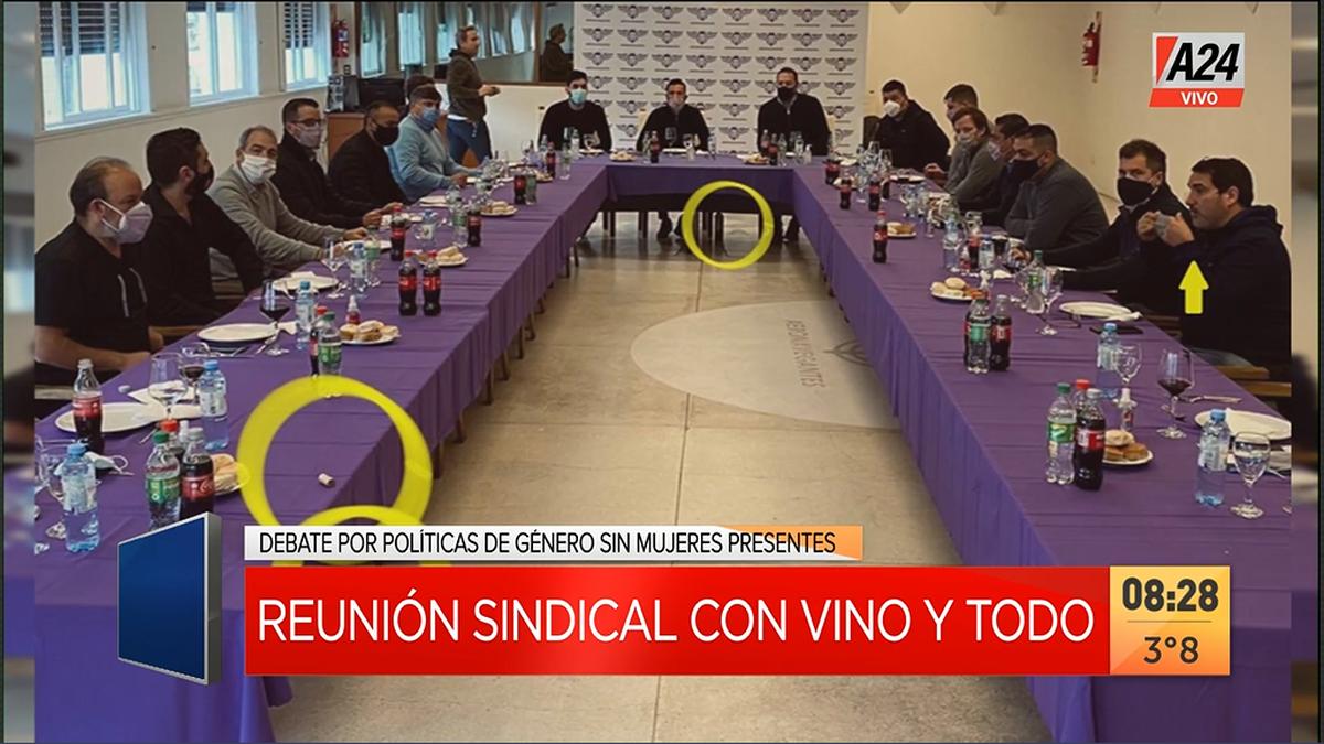 Polémica reunión sindical: en los círculos amarillos se alcanza a ver las botellas de vino que pretendían ser escondidas debajo de la mesa (Foto: captura de pantalla).