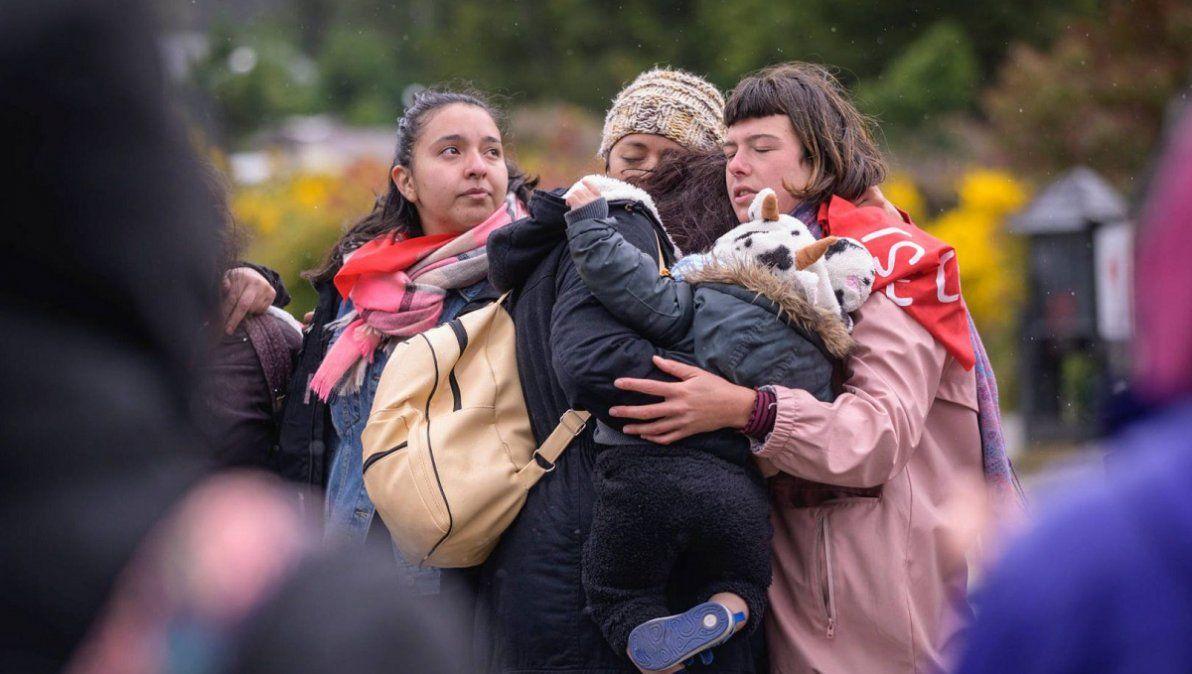 El abrazo tras conocer la decisión del tribunal que consideró al policía retirado Enrique Loncón culpable por haber volado 12 años de su nieta. (Foto: Nahuel Diuorno)