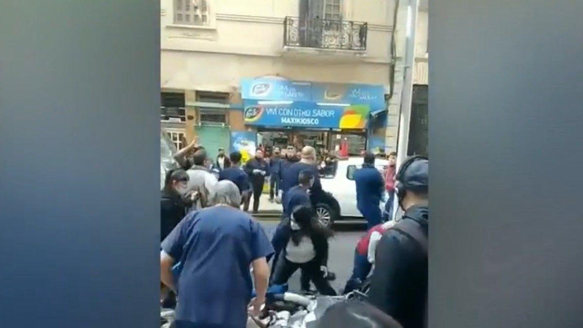 Batalla campal: Un grupo de sindicalistas se agarraron a las piñas del Sanatorio Güemes.