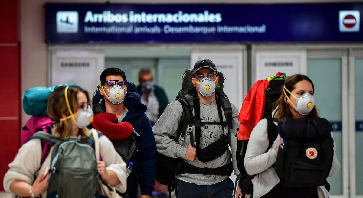 Nación analiza nuevas restricciones para desalentar los viajes al exterior: se impone la posibilidad de cargarles a los pasajeros el costo del test de PCR y el alojamiento para realizar la cuarentena de forma obligatoria (Foto: AFP).