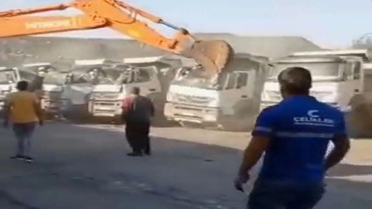En el video que se viralizó por todas las redes sociales se puede ver a Hakan M aplastando los techos de varios camiones con la máquina que utiliza en el trabajo.