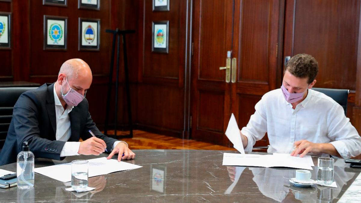 La Secretaría de la Pequeña y Mediana Empresa y los Emprendedores firmó un acuerdo con el Fondo Nacional de Capital Social que busca estimular nuevas líneas de financiamiento para mejorar la competitividad de las MIPyMES y Cooperativas de todo el país.