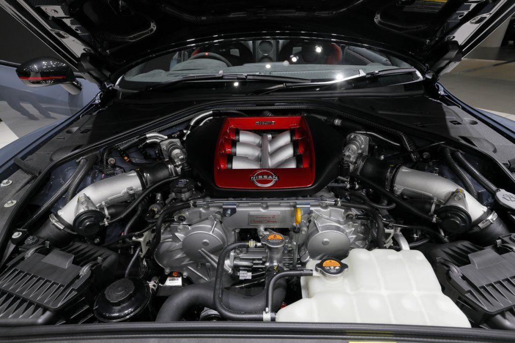 Cada motor está hecho a mano por su propio técnico takumi. La placa de certificación takumi en el motor también es de un color exclusivo. La edición especial del Nissan GT-R Nismo