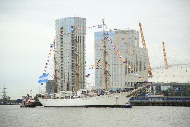 Tras 17 años, la Fragata Libertad ancló en el puerto de Londres