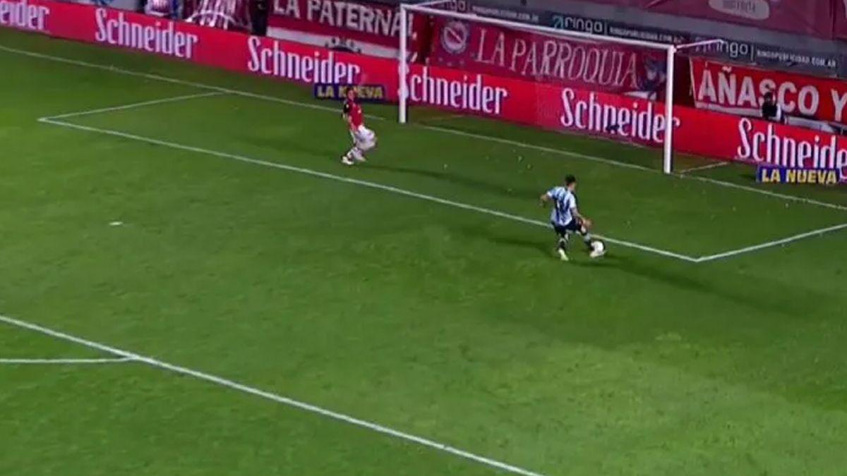 Nicolás Reniero erró un gol insólito.