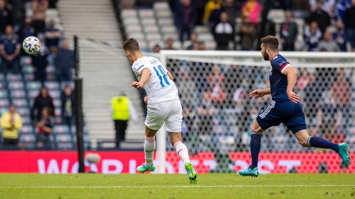 De mitad de cancha: así fue el golazo de Schick ante Escocia por la Euro.