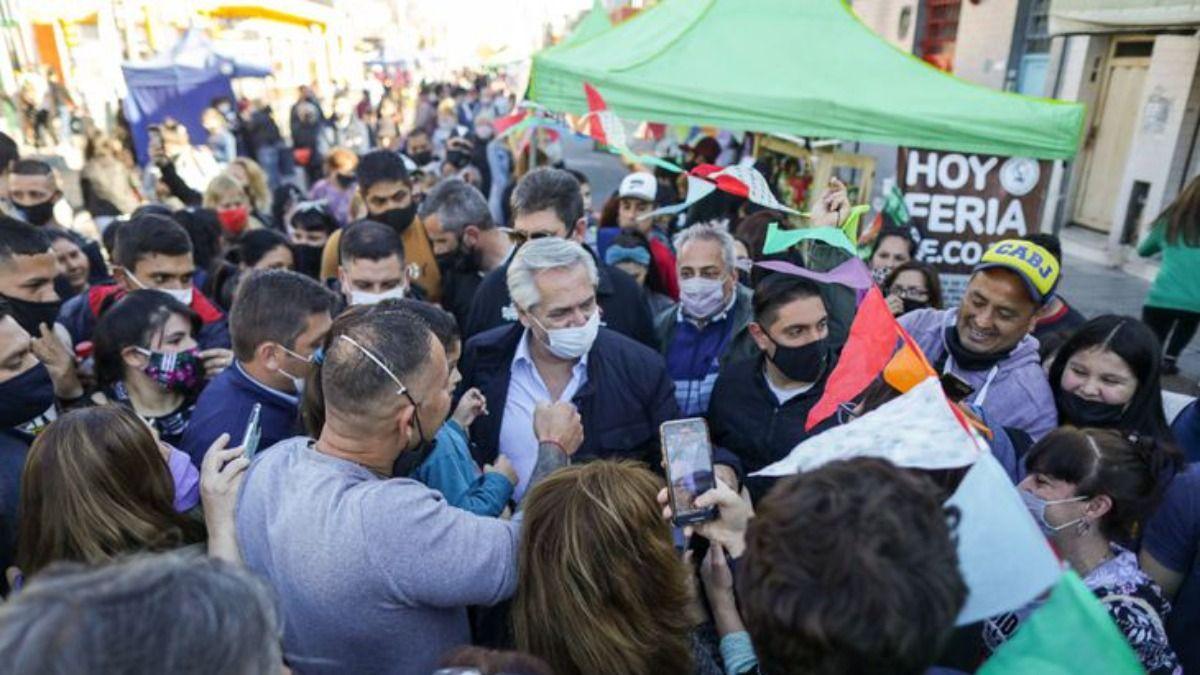 Alberto Fernández recorrió la Feria de Dock Sud: abrazos y selfies con la gente para apuntalar la campaña.