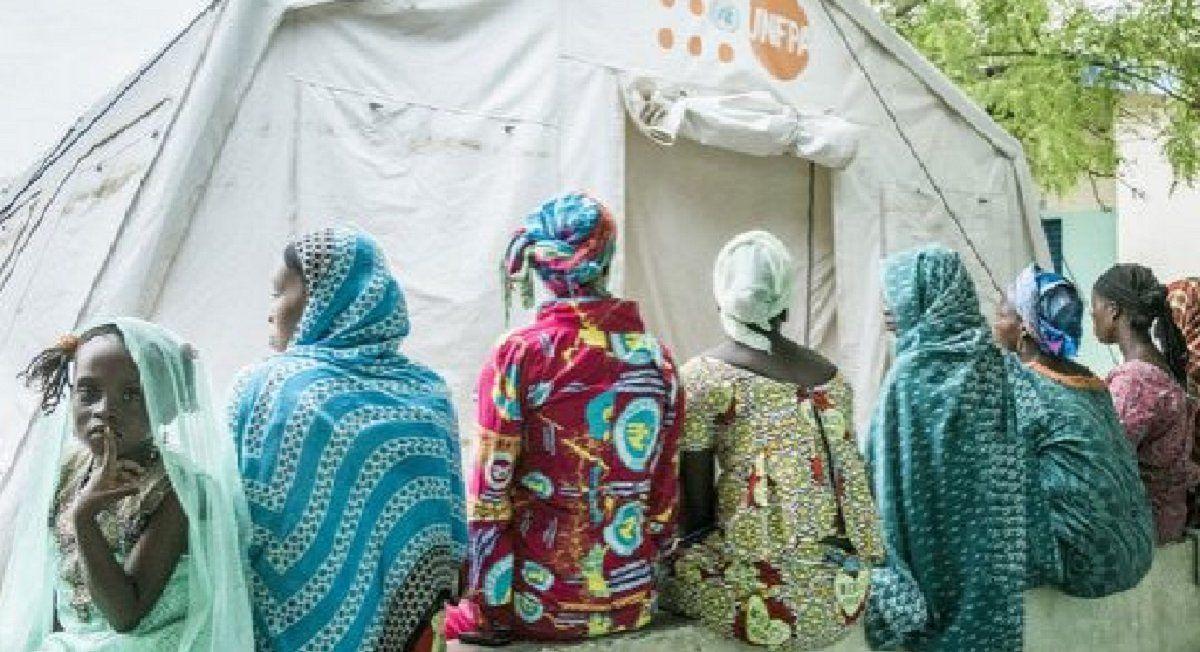Mujeres ante un puesto de atención del Fondo de Población de las Naciones Unidas. La covid-19 dificultó el acceso a servicios de salud sexual y reproductiva para millones de mujeres en los países en desarrollo