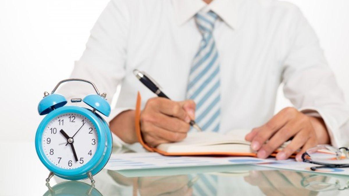 Los que trabajan en casa estiman que hacen más horas extras no remuneradas que los que van a la oficina.