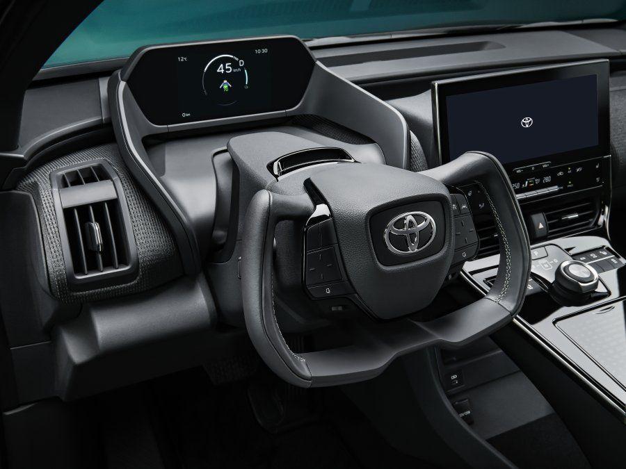 El prototipo Toyota bZ4X anticipa una combinación nunca vista en el mundo de un sistema de dirección por cable. Esta tecnología otorga un mayor control al conductor