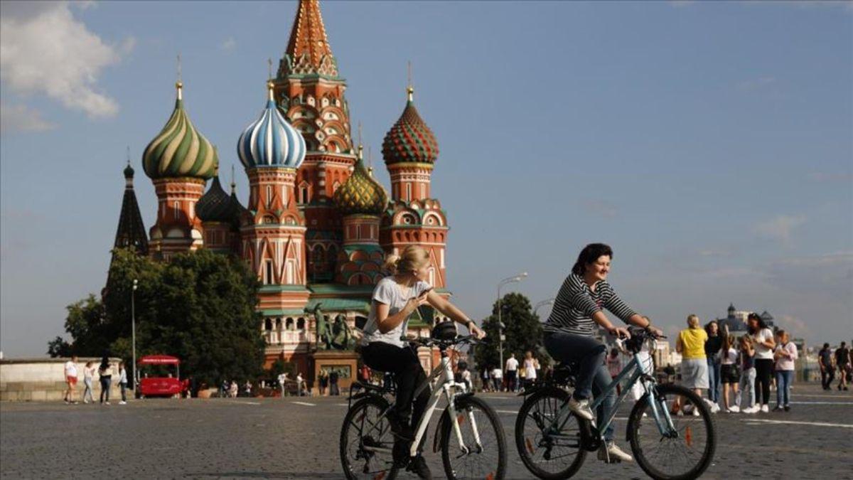 La alcaldía de Moscú decidió promover la vacunación entre los jóvenes sorteando autos.