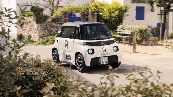 El Citroën My Ami Cargo es eléctrico y, por lo tanto, sin ninguna emisión de CO2. Los profesionales tendrán, de este modo, acceso libre a las zonas reguladas de los centros urbanos. Su batería de iones de litio de 5,5 kWh se recarga en una toma doméstica de 220V en solo 3 horas tan fácilmente como un smartphone. Desarrolla una autonomía que alcanza hasta 75 km, perfectamente adaptada a los trayectos cortos en entornos urbanos y periurbanos. El motor de 6 kW permite alcanzar una velocidad máxima de 45 km/h.