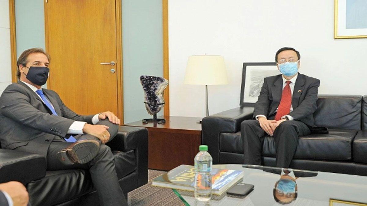 El presidente uruguayo con el representante del gobierno chino, en negociaciones para un tratado de libre comercio bilateral (Foto: Presidencia del Uruguay)