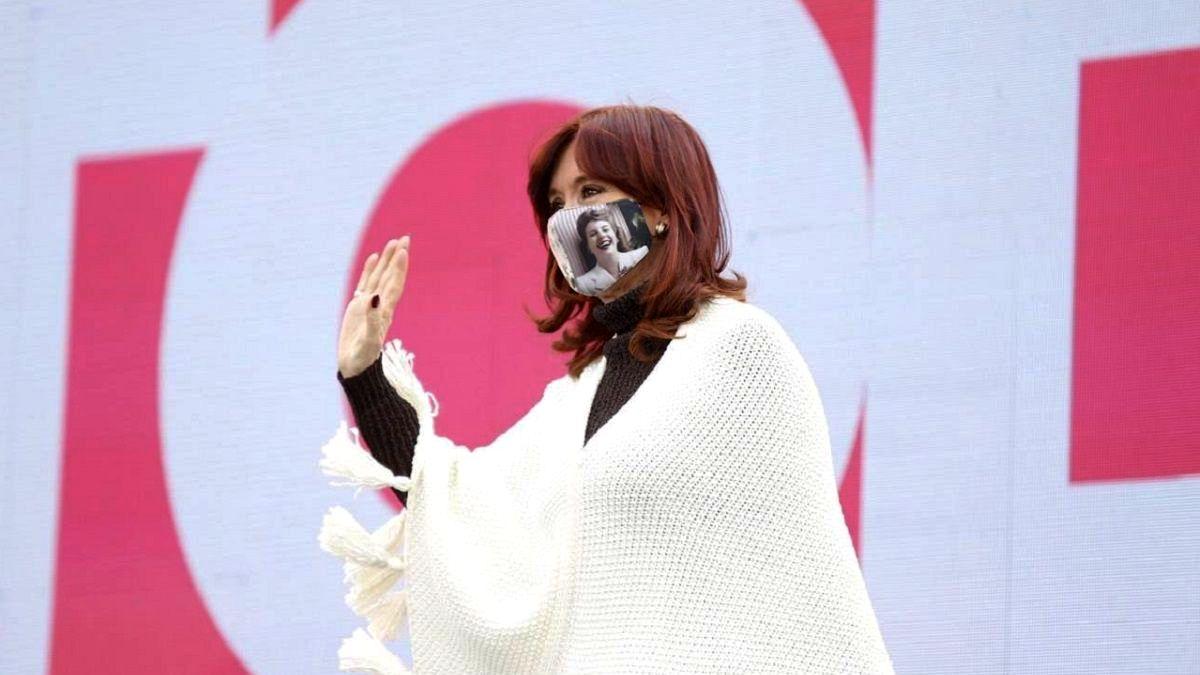 Cristina Kirchner rompió el silencio y pidió terminar con las operaciones en el entorno presidencial: Que el Presidente honre la voluntad del pueblo.