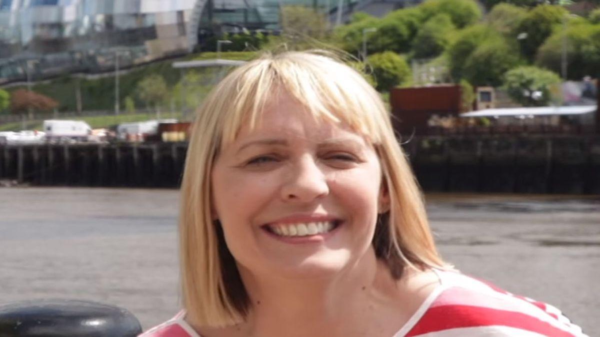 Lisa Shaw tenía 44 años. La presentadora de la BBC murió por coágulos una semana después de ser vacunada (Foto: Facebook BBC).