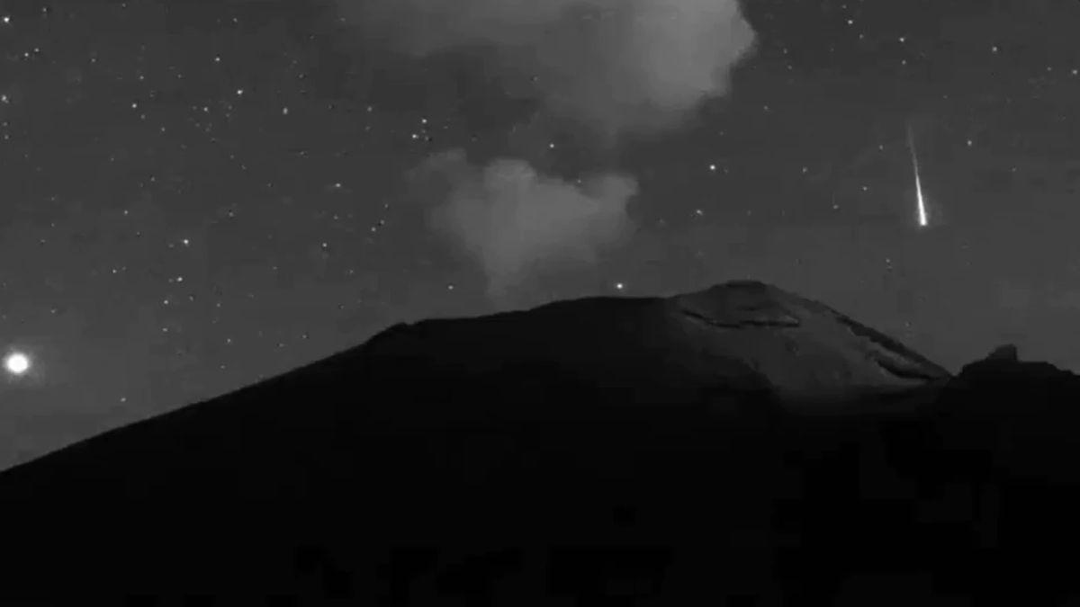 Eso que se ve en el video no es parte del material incandescente que suele arrojar desde el cráter