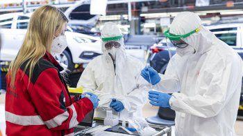 A pie de línea, 8.300 empleados de producción se someten a test rápidos de antígenos dos veces por semana. La fabricación de respiradores de emergencia y el ofrecimiento a vacunar a la población, muestras de su compromiso social