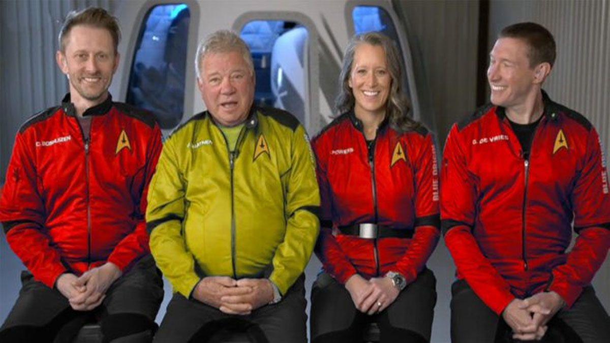 Los cuatro tripulantes con los trajes como homenaje a Viaje a las estrellas (Foto: Blue Origin).
