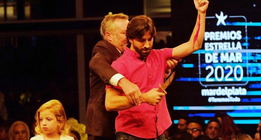 """Premios Estrella de Mar 2020: director de la obra """"La mueca"""" subió al escenario y se cortó las venas"""