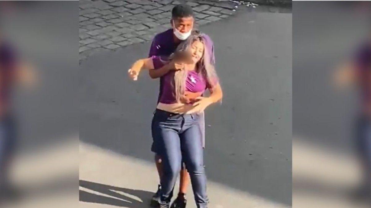 Violenta toma de rehenes en Brasil. El momento en que el delincuente apunta a la joven.
