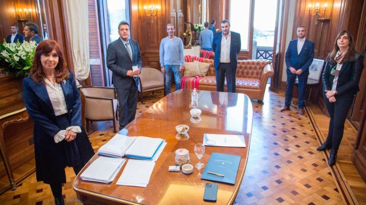 Cristina Kirchner y Sergio Massa, presidentes de la Cámara de Senadores y la Cámara de diputados respectivamente, firmaron el acuerdo del aumento del 40% para los trabajadores del Congreso de la Nación (Foto: Prensa Congreso de la Nación).