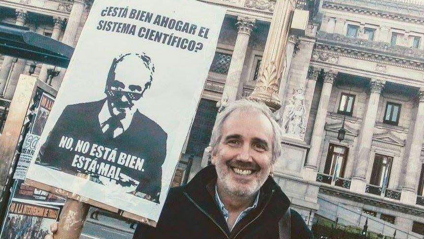 El mejor reclamo por la ciencia: protestó en el Congreso con un meme de sí mismo