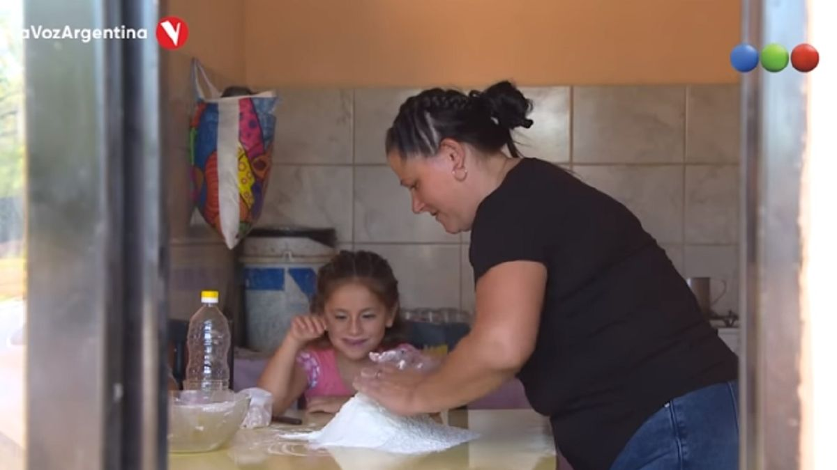 La voz argentina: quedó desempleada y vende pan casero con sus hijas