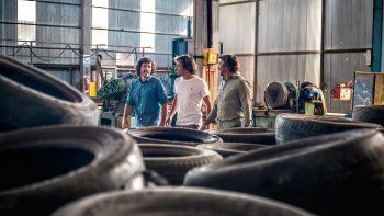 Dan trabajo a presos, a mujeres rurales, hacen zapatillas reciclando neumáticos y sueñan con replicar el modelo en Australia