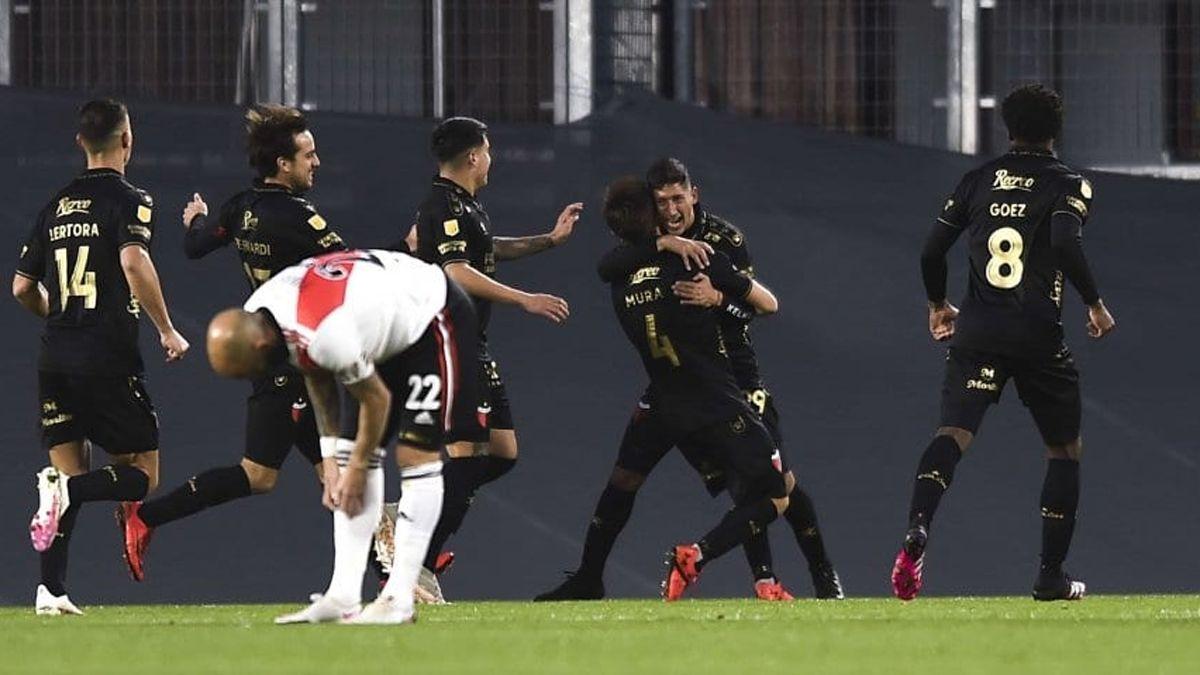 Colón venció 2 a 1 a River en el Monumental.