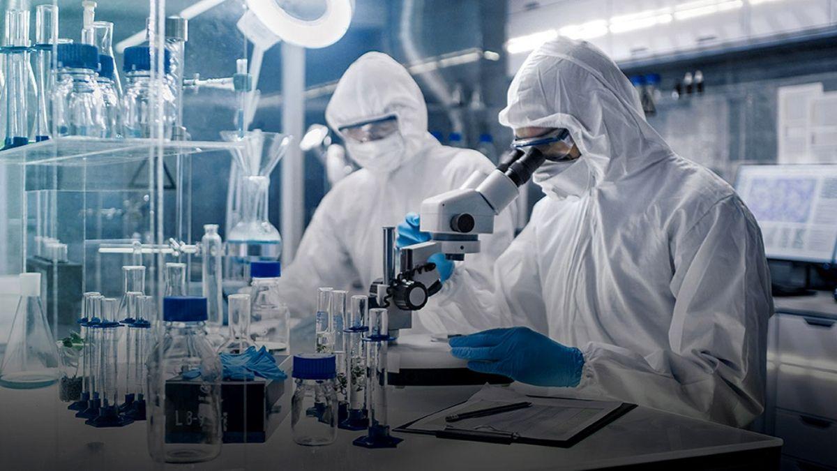 El laboratorio AstraZeneca elaboró un fármaco que reduce la carga viral en pacientes de riesgo.