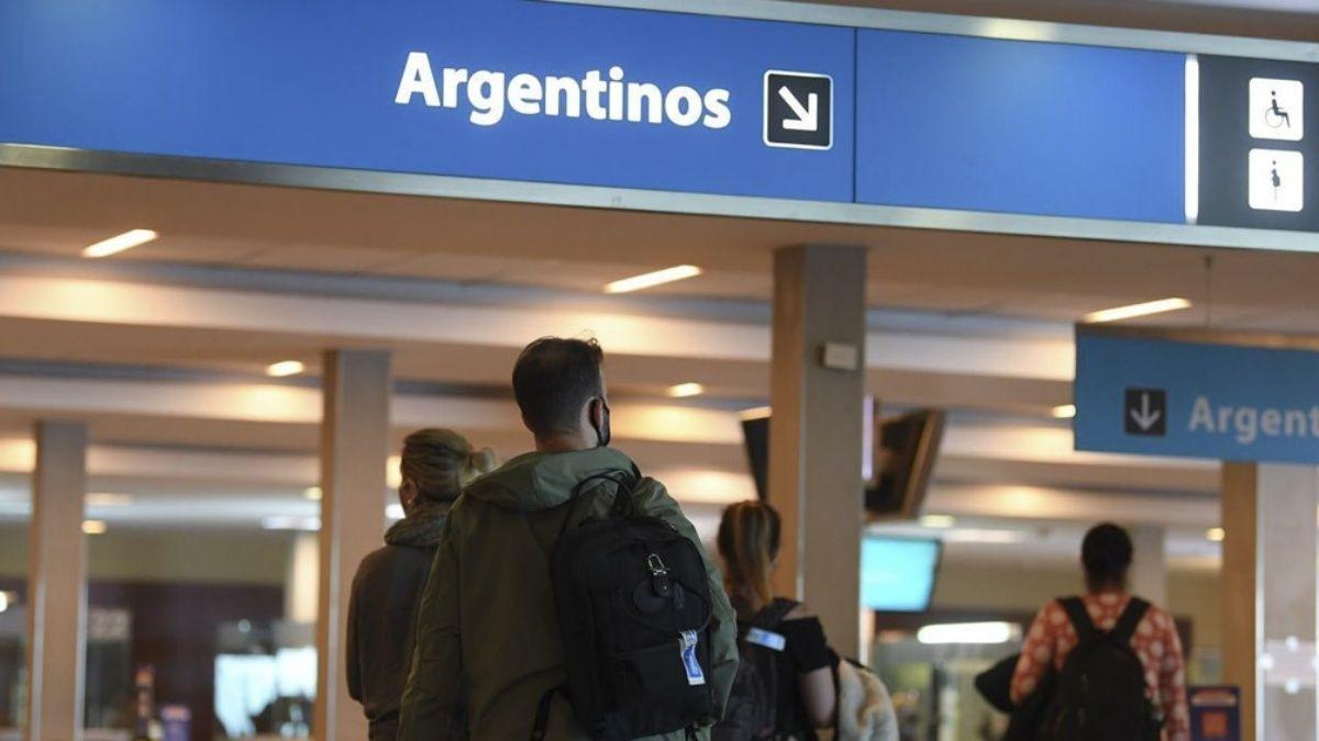 ¿La única salida es Ezeiza?: los datos de cuántos argentinos se fueron a vivir a otro país en el último año