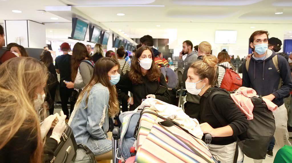 Por el DNU del Gobierno, advierten que miles de argentinos quedarán varados en el exterior