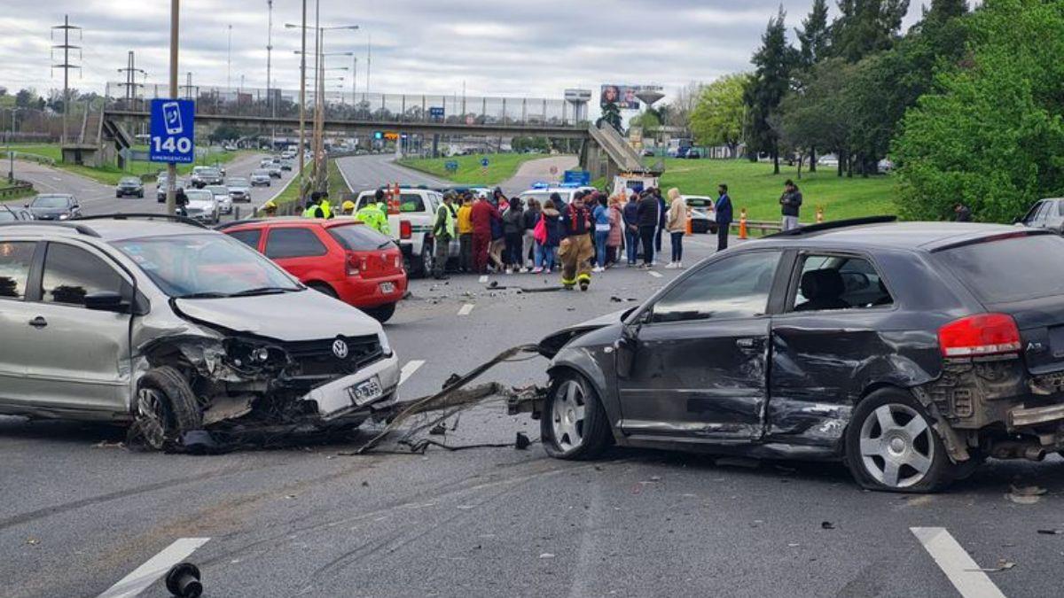 Dos personas murieron en el accidente múltiple que involucró a seis autos en la Panamericana.