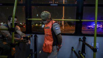 Las cámaras empresarias que aúnan al transporte público aseguraron que la medida adoptada tiene por objeto salvaguardar la continuidad de la operación en los horarios más necesarios.