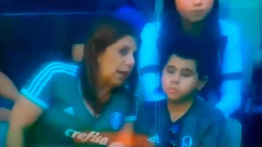 La imagen que conmueve a Brasil: una madre acompañó a su hijo ciego a la cancha para relatarle el partido